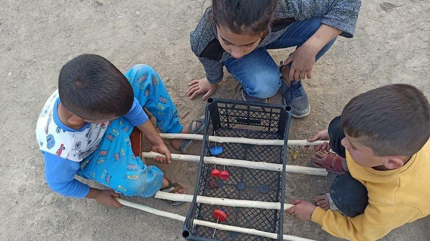 Cevizi top yapıp meyve kasasında langırt oynuyorlar