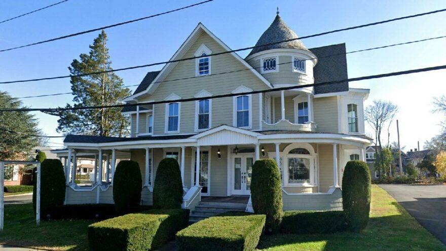 Genç Cadı Sabrina dizisinde kullanılan ev 1,95 milyon dolara satışa çıktı